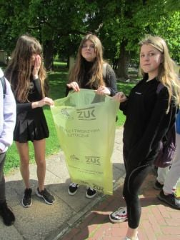 """VIII Akcja """"EcoPark Czartoryskich"""" – społeczne sprzątanie."""